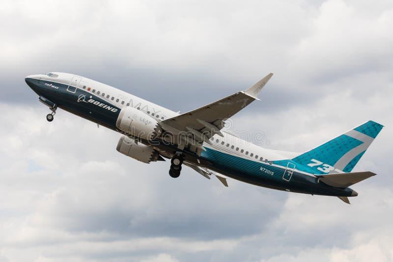 Farnborough, het UK - 07 18 2018: MAXIMUM Boeing b737-8 voert een het vliegen demonstratie in Farnborough Airshow uit royalty-vrije stock foto's