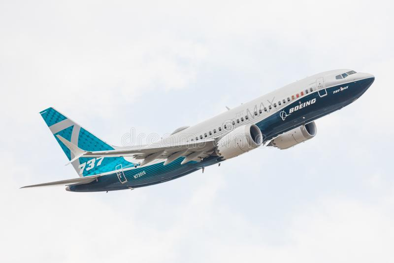 Farnborough, UK - 07 18 2018: Παρουσίαση πτήσης ενός Boeing B737-8 MAX στο Farnborough International Airshow, ΗΒ στοκ φωτογραφίες