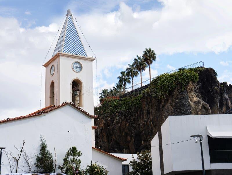 Farny kościół w Camara De Lobos wioska rybacka blisko miasta Funchal i niektóre wysokie falezy w świacie zdjęcia royalty free