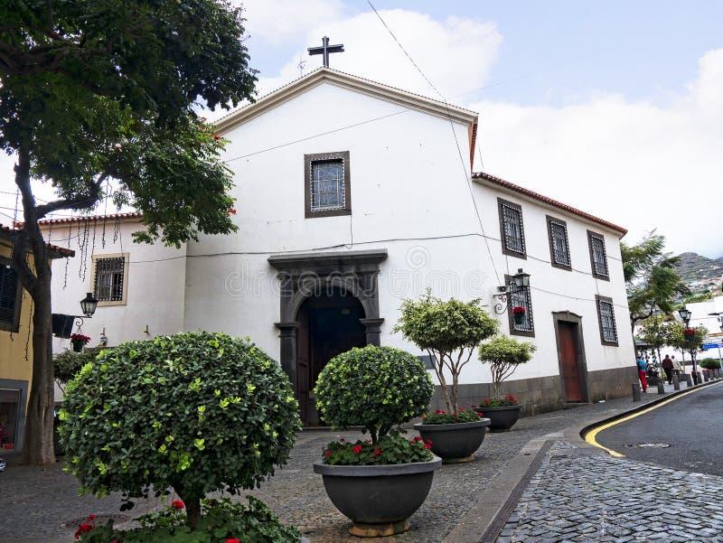 Farny kościół w Camara De Lobos wioska rybacka blisko miasta Funchal i niektóre wysokie falezy w świacie fotografia stock
