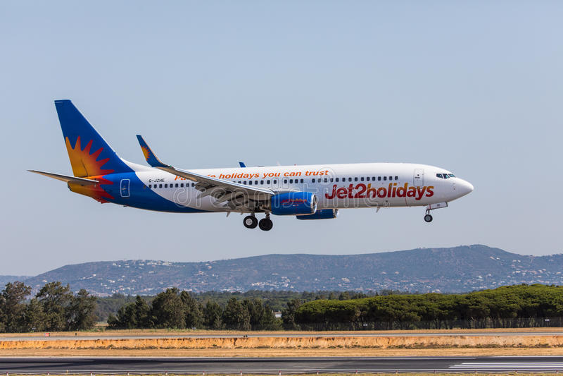 FARO, ΠΟΡΤΟΓΑΛΊΑ - Juny 18, 2017: Jet2holidays αεροπλάνο πτήσεων που προσγειώνεται στο διεθνή αερολιμένα Faro στοκ εικόνες