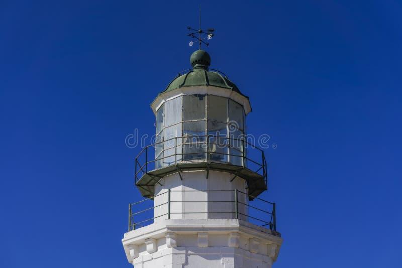 Faro abbandonato contro fondo blu fotografia stock libera da diritti