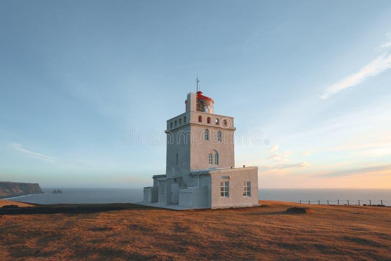 faro al bello litorale islandese al giorno soleggiato, dyrholaey del vik, reynisfjara fotografie stock libere da diritti