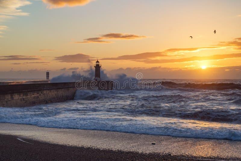 Faro al tramonto dall'Oceano Atlantico a Oporto, Portogallo immagine stock libera da diritti