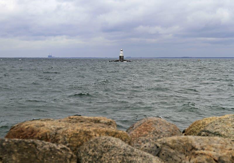 Faro alla riva di mare in Malme immagine stock