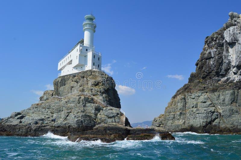 Faro alle rocce delle isole di Oryukdo a Busan, Corea del Sud fotografia stock libera da diritti