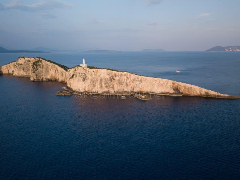 Faro alto sobre el mar en la hora de oro, en Lefkada, Grecia fotografía de archivo libre de regalías