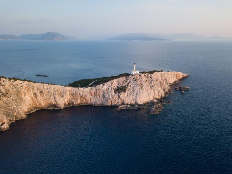 Faro alto sobre el mar en la hora de oro, en Lefkada, Grecia imagen de archivo libre de regalías