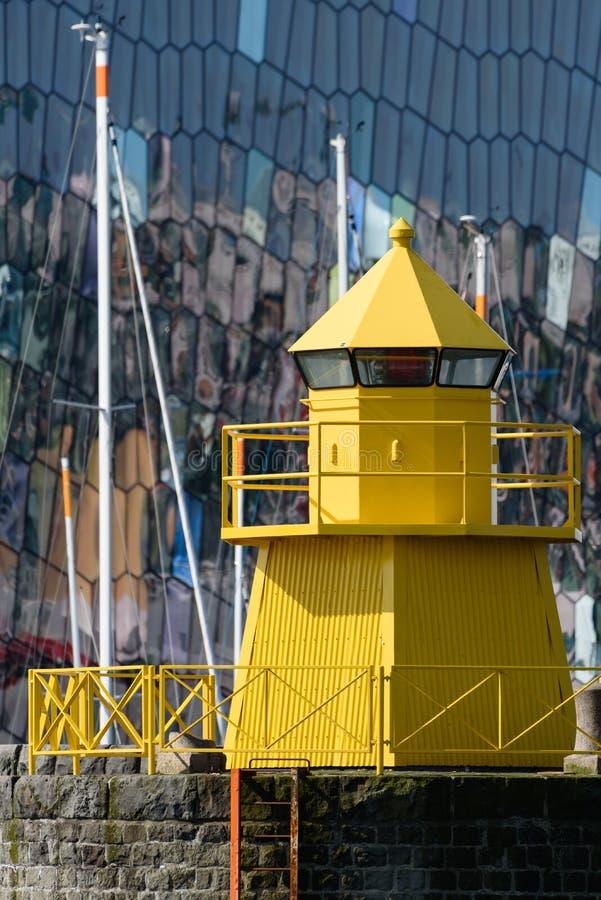 Faro amarillo en el puerto de Reykjavik foto de archivo libre de regalías
