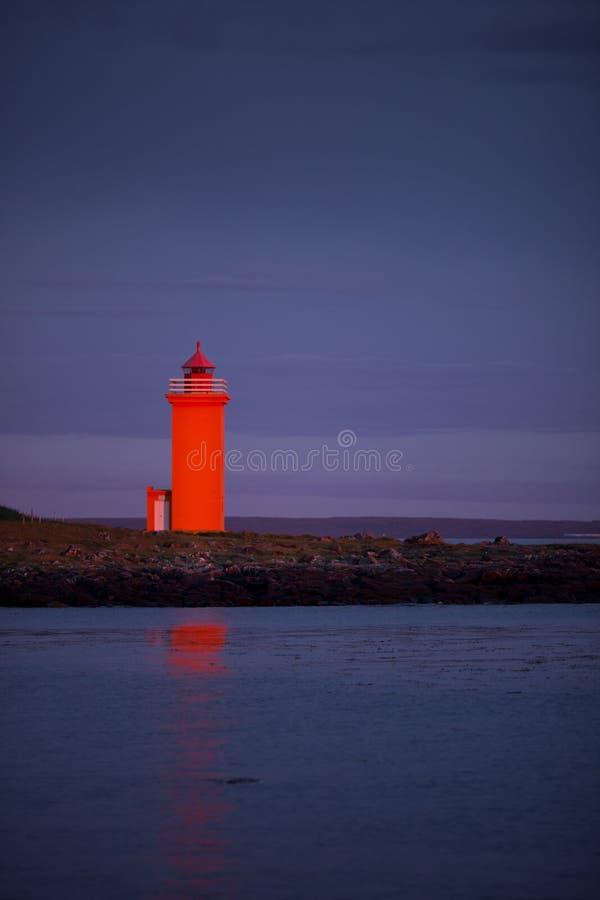 Faro anaranjado en el westcoast de Islandia imagenes de archivo