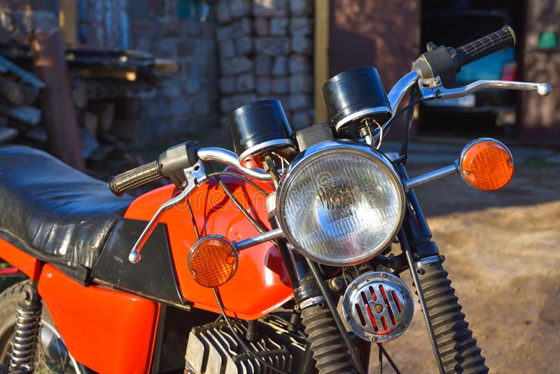 Faro anteriore di un motociclo d'annata, bici rossa fotografie stock