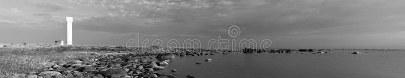 Faro bianco vicino al mare fotografie stock libere da diritti