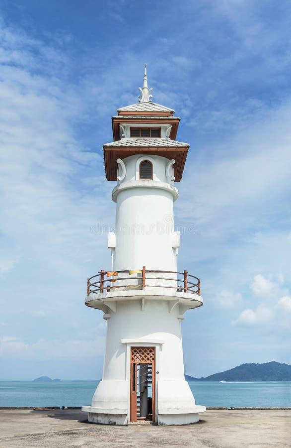Faro blanco de Ublic en el embarcadero del pueblo pesquero de Bao de la explosión en Koh Chang Island, Trat, Tailandia foto de archivo