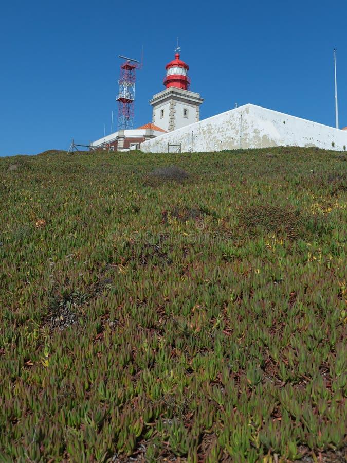 Faro blanco en Cabo DA Roca, Sintra, Portugal foto de archivo