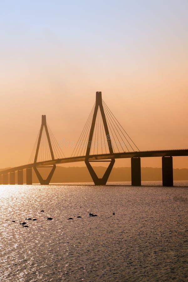 Faro-Brücke im Sonnenunterganglicht, die Straßenbrücke über dem Storstr stockbild