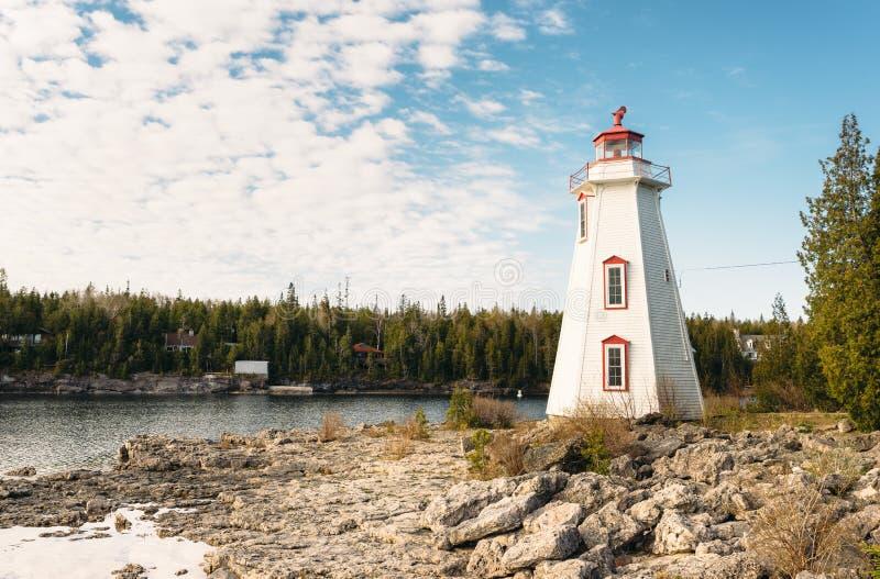 Faro che trascura il grande porto della vasca, Tobermory, Ontario immagini stock libere da diritti