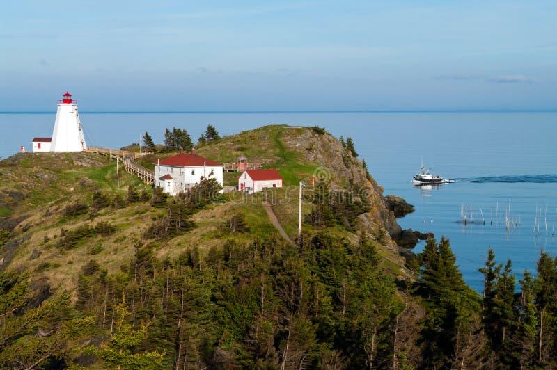 Faro con el barco de pesca imagen de archivo libre de regalías