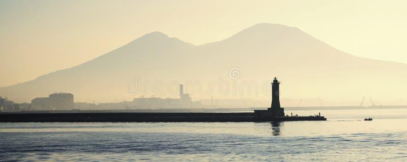 Faro con el montaje Vesuvio imagen de archivo