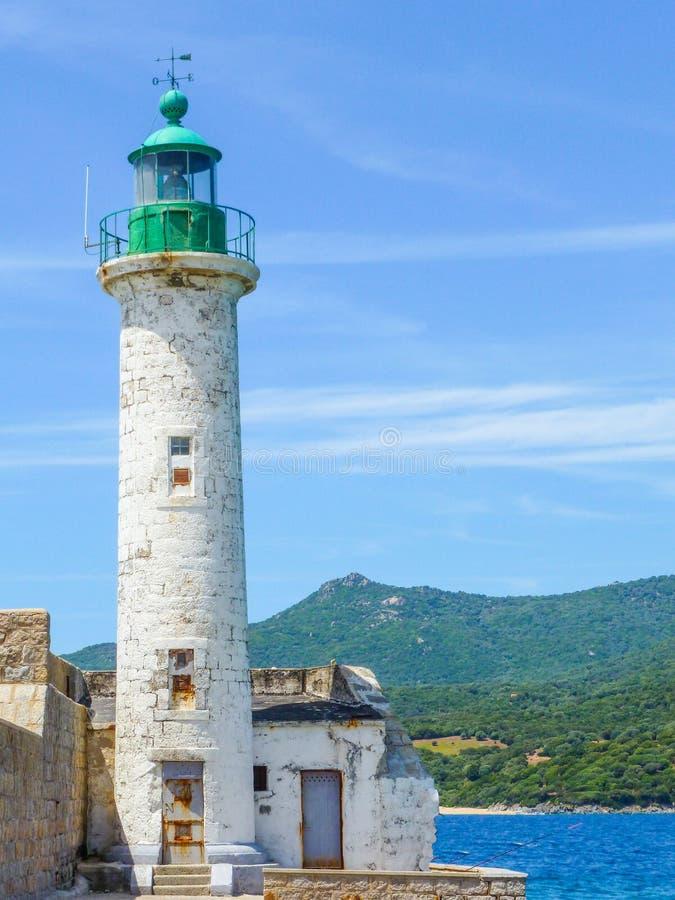Faro in Corsica vicino al mare fotografie stock