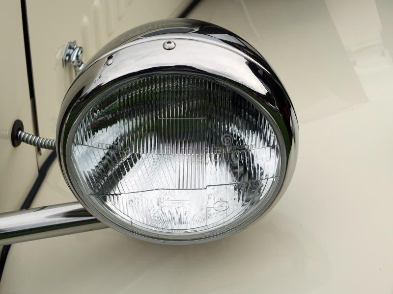 faro d'argento dell'automobile su un'automobile d'annata bianca fotografia stock