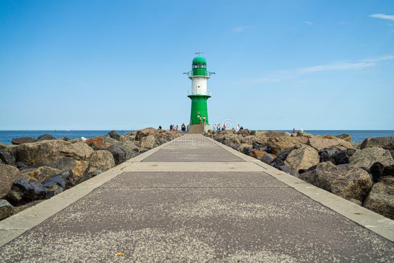 Faro davanti all'entrata alle acque del porto marittimo di Rostock - Warnemuende fotografie stock libere da diritti