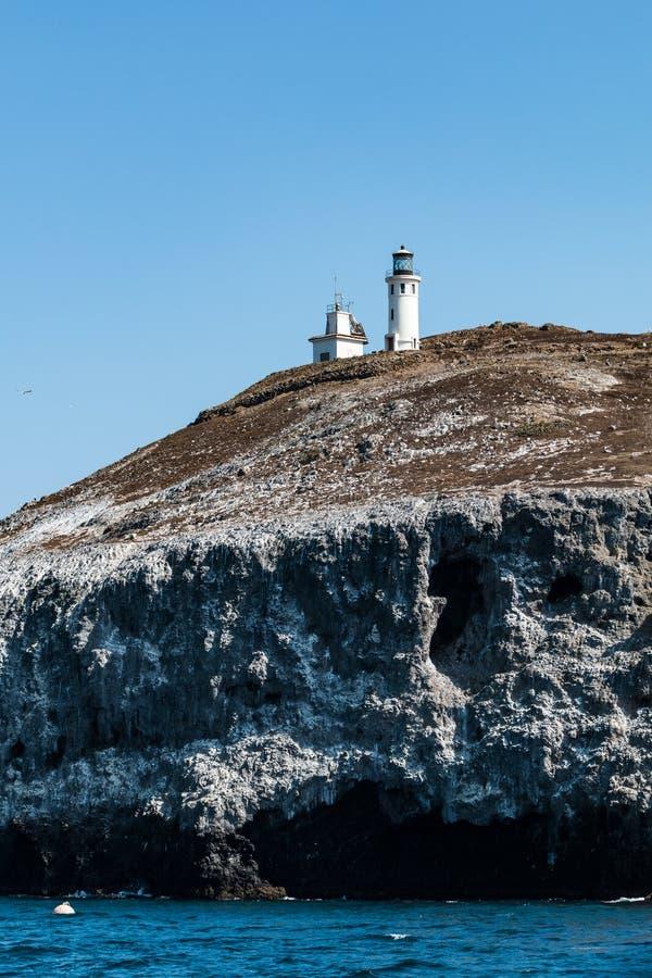 Faro de Anacapa con el detalle de la roca volcánica de la isla de Anacapa imágenes de archivo libres de regalías