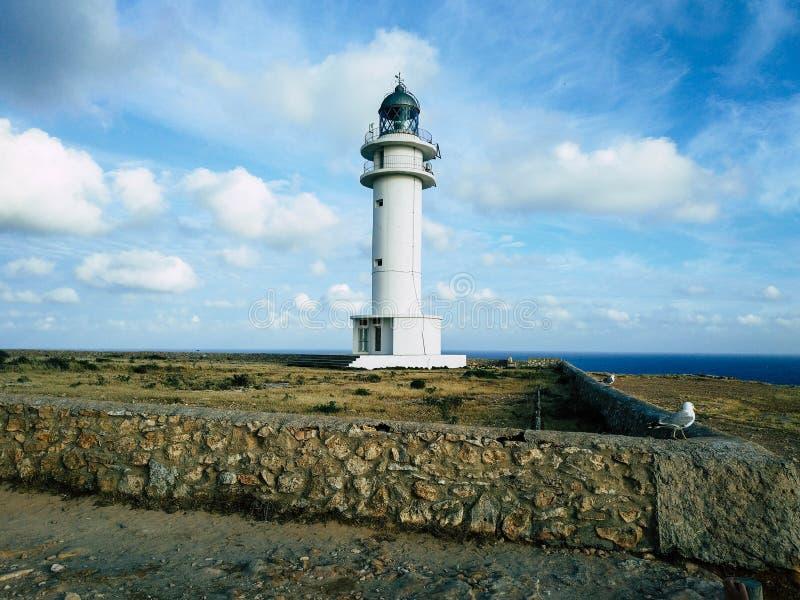 Faro de Barbaria en la cima de un acantilado imagenes de archivo