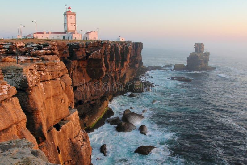 Faro de Cabo Carvoeiro en luz de la puesta del sol imagen de archivo