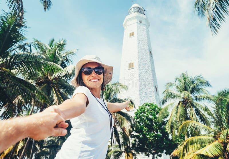 Faro de Dondra en Sri Lanka: toma del viajero de la mujer para la mano ella foto de archivo libre de regalías