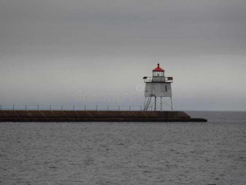 Faro de dos puertos en la calzada fotografía de archivo libre de regalías