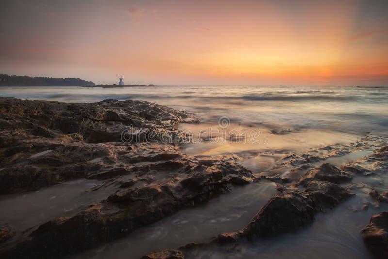 Faro de Khao Lak y puesta del sol maravillosa del cielo en el mar de Andaman fotos de archivo