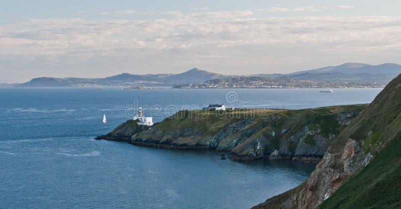 Faro de la península de Howth y bahía de Dublín imagenes de archivo
