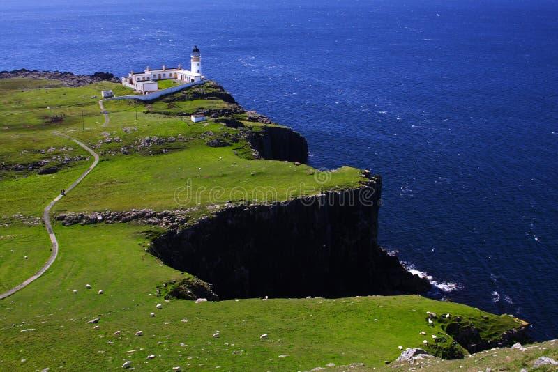 Faro de la punta de Neist que sobresale por el mar azul imágenes de archivo libres de regalías