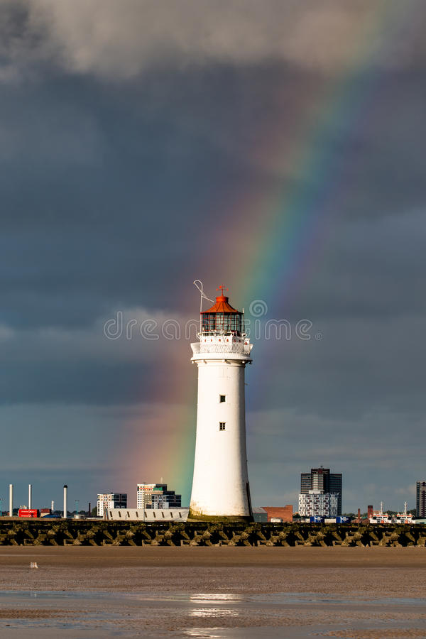 Faro de la roca de la perca con un arco iris imagen de archivo libre de regalías