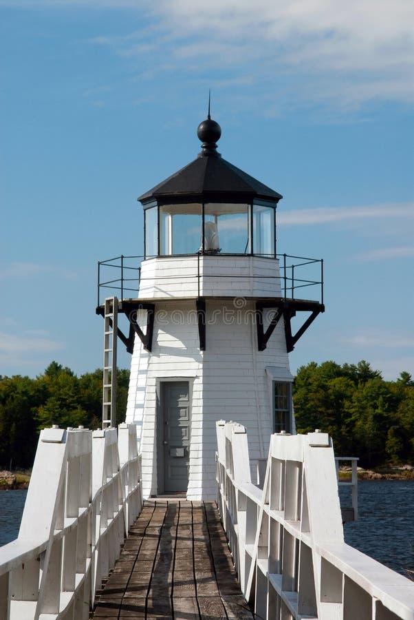 Faro de madera en Maine River foto de archivo