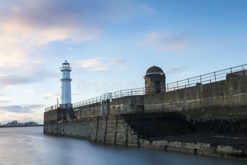 Faro de New Haven en la puesta del sol en Edimburgo fotos de archivo