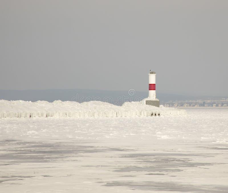 Faro de Petoskey Pierhead en el lago Michigan congelado, Petoskey, fotografía de archivo libre de regalías