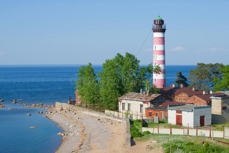 Faro de Shepelevsky en una tarde soleada de junio Regi?n de Leningrad, Rusia imagenes de archivo