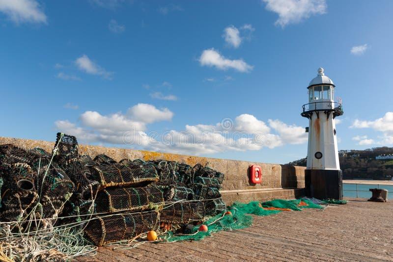Faro de StIves más los potes de langosta imagen de archivo