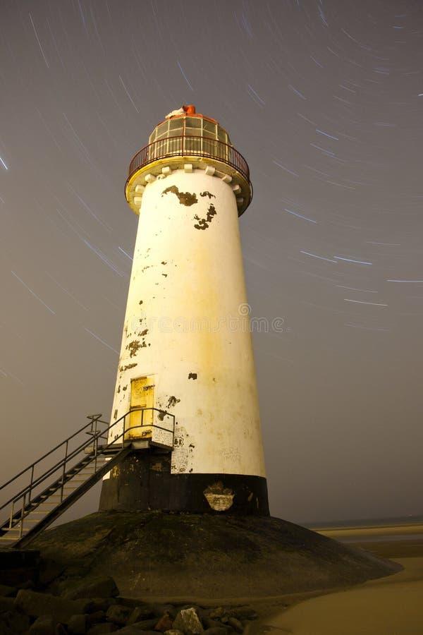 Faro de Talacre en la noche con los rastros de la estrella fotos de archivo