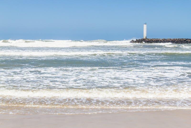Faro de Torres en un día ventoso y un cielo azul imagen de archivo