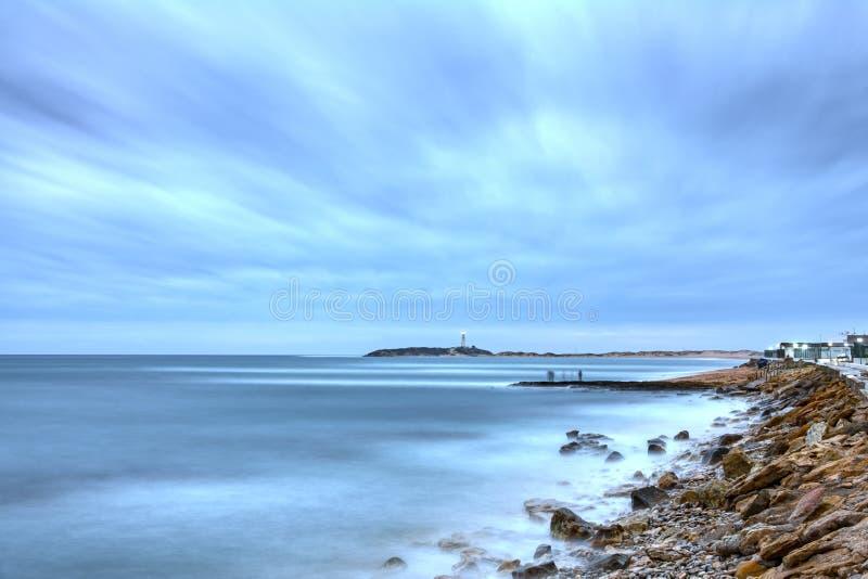 Faro de Trafalgar en la puesta del sol con los fishermans imagen de archivo