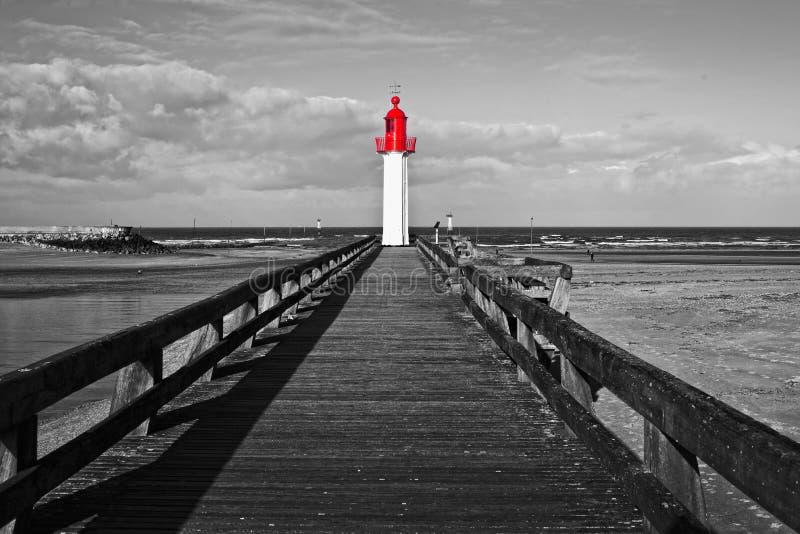 Faro de Trouville, color selectivo rojo, Normandía Francia fotos de archivo