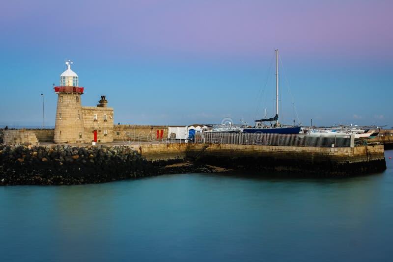 Faro del porto alla notte Howth dublino l'irlanda fotografia stock libera da diritti