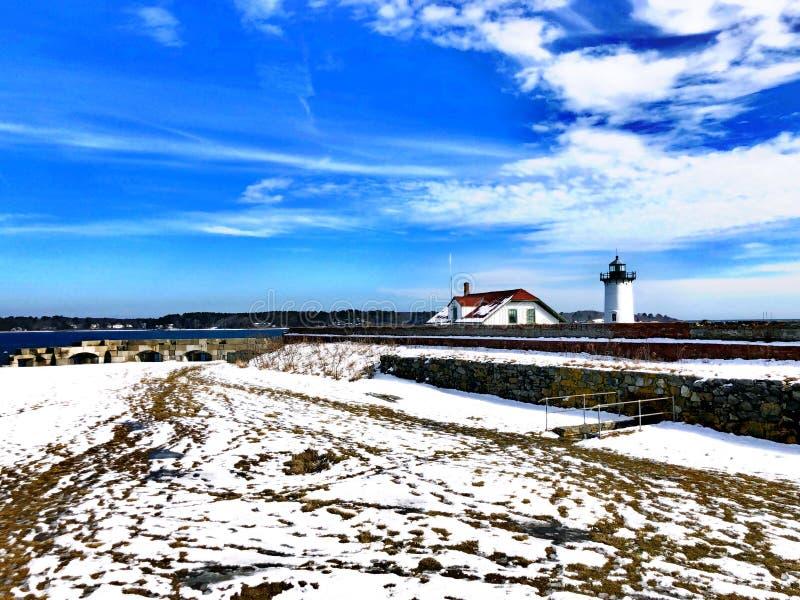 Faro del puerto de Portsmouth con nieve foto de archivo
