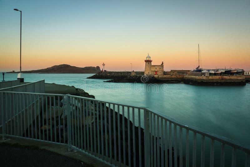 Faro del puerto en la noche Howth dublín irlanda imagen de archivo