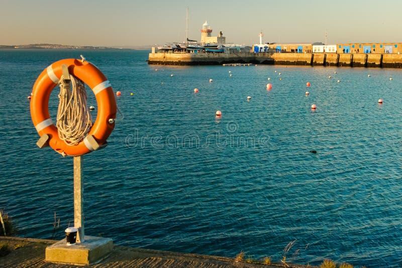 Faro del puerto en la puesta del sol Howth dublín irlanda foto de archivo libre de regalías