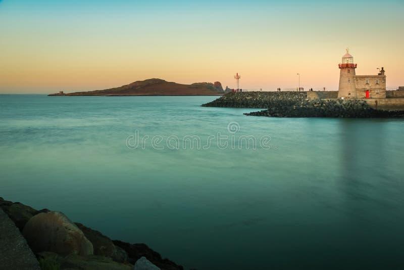 Faro del puerto en la puesta del sol Howth dublín irlanda imagen de archivo libre de regalías
