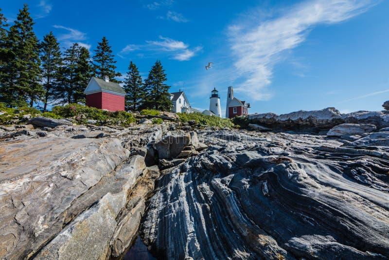 Faro del punto di Pemaquid in cima alla costa rocciosa drammatica immagini stock libere da diritti