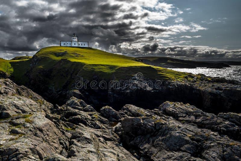 Faro del punto di Strathy sopra le scogliere selvagge alla costa atlantica vicino a Thurso in Scozia immagine stock libera da diritti